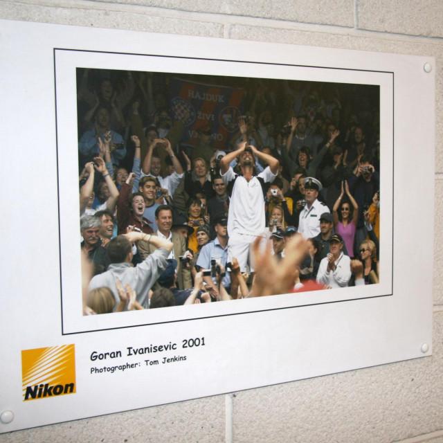 Goran Ivanišević slavi 9. srpnja 2001. osvajanje Wimbledona - slika koja krasi zidove All England Cluba, doma najprestižnijeg teniskog turnira