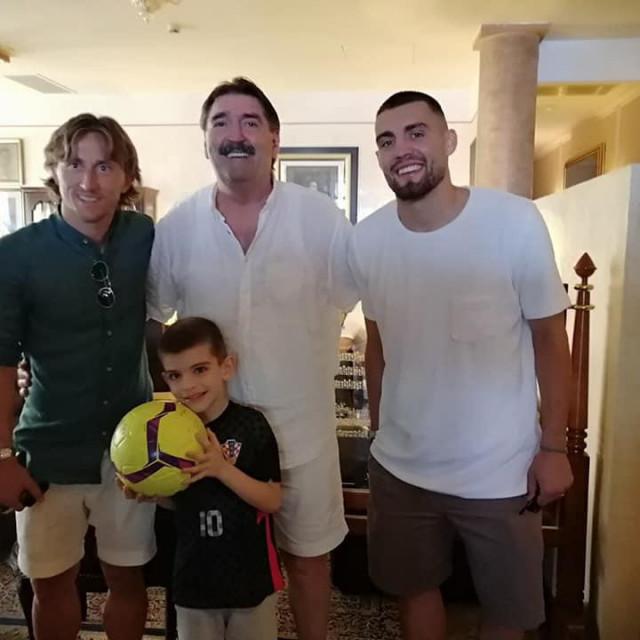 Luka i Mateo s Erikom Pavinom i unukom Nikom