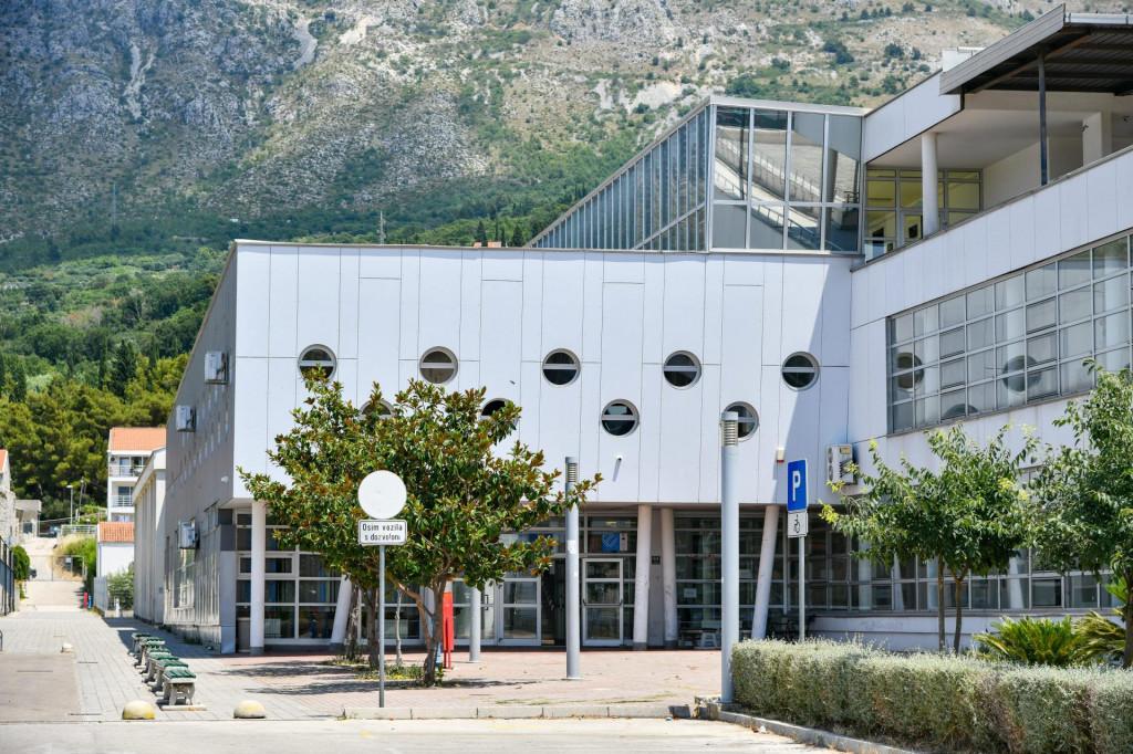 Zgrada osnovne škole Župa dubrovačka. Zbog nedostatka mjesta za sljedeću školsku godinu od rujna, đaci 3. i 4. razreda će u toj školi morati ići u dvije smjene