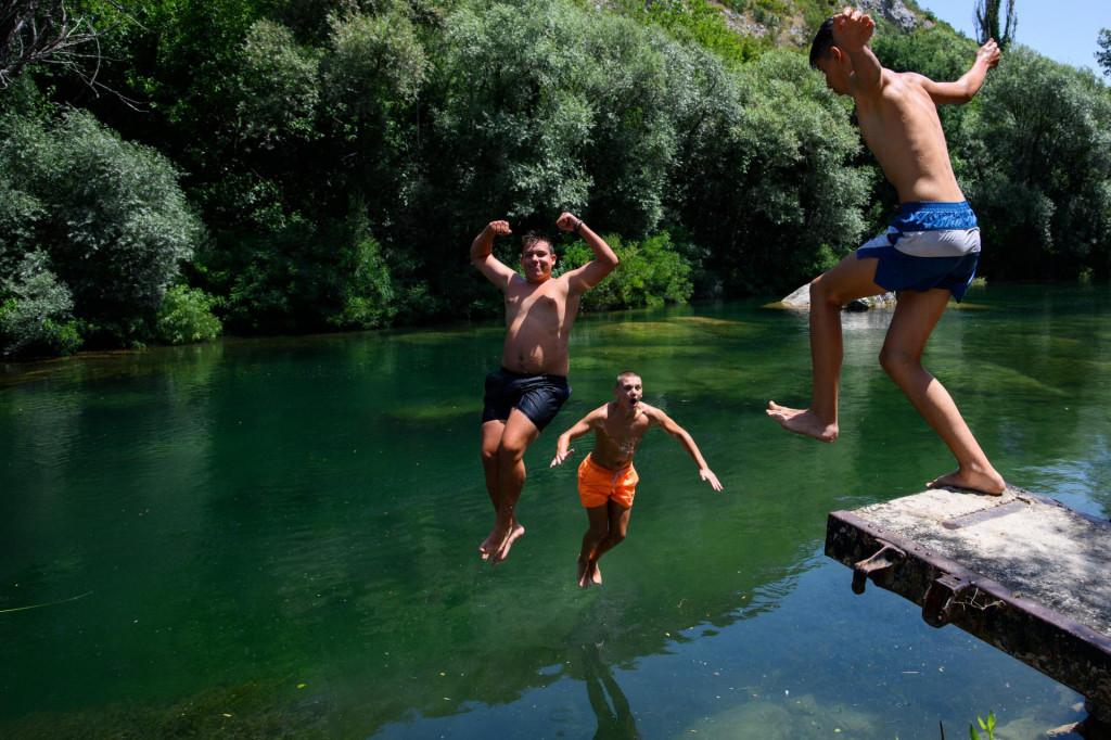Skokovi u Cetinu na plazi Stružica<br />