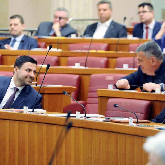 Opuštena atmosfera u sabornici: SDP-ovac Davor Bernardić i 'mostovci' Miro Bulj i Nikola Grmoja