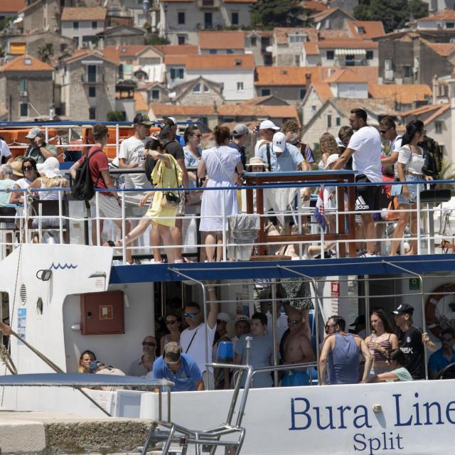 Turisti na brodu Bura line.<br />