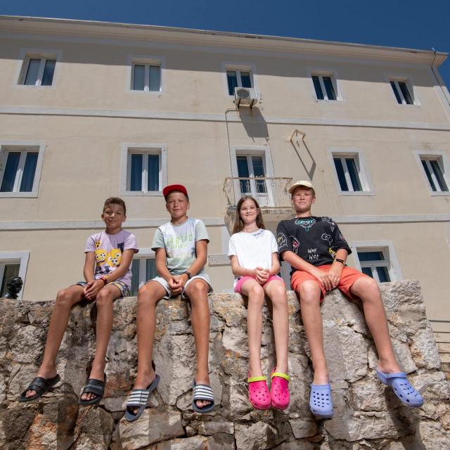 Arsen, Vladislav, Kira i Kosta ispred svoje buduće škole