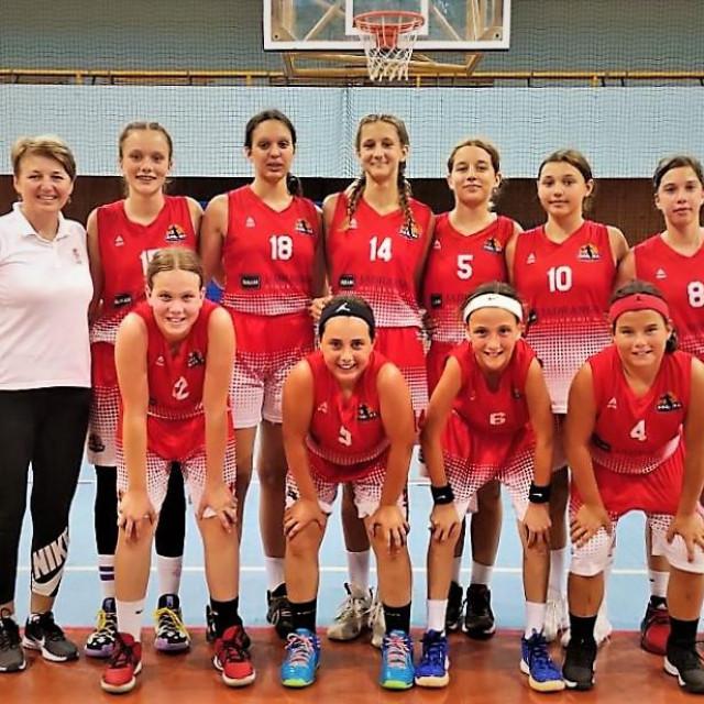 Djevojčice Raguse do 13 godina s trenericom Almom Majstorović - prvakinje Hrvatske