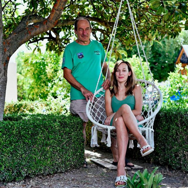Kći Nikolina Rabadan i Boris Vuletin u vrtu obiteljske kuće u Kaštel Štafiliću.<br /> <br />