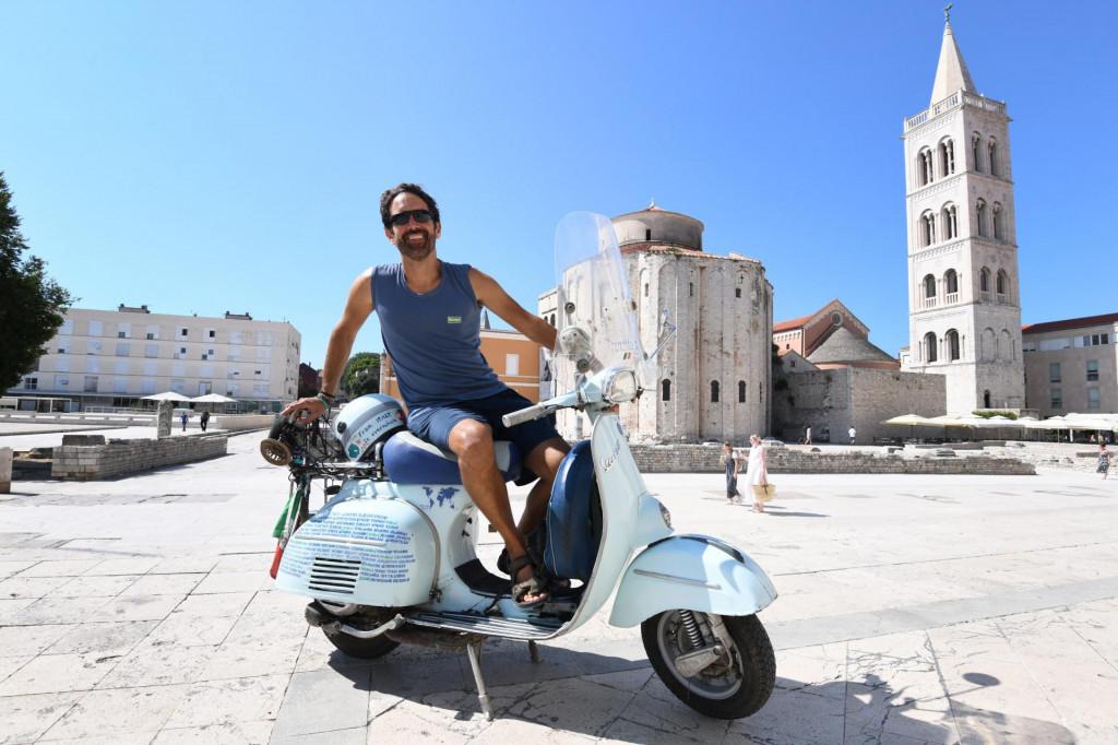 Ilario Lavarra, talijan koji Vespom starom 53 godina putuje svijetom - mi smo ga uhvatili u Zadru.