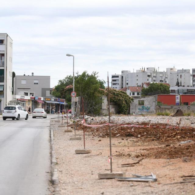 Zadar, 140721.<br /> Rusenje zida u ulici Put Murvice terena od 3,6 hektara na kojem su nekad bili pogoni Kemoplasta i Vinilplastike.<br />