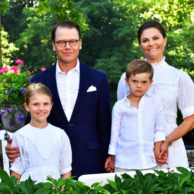 Princ Daniel, prijestolonasljednica Victorija, princeza Estelle i princ Oscar pozirali su fotografija za vrijeme rođendana buduće kraljice