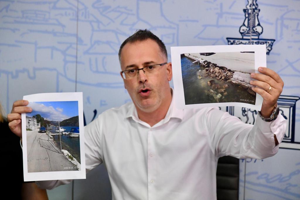 Predsjednik Uprave Vodovoda Lukša Matušić pokazuje stanje zida obalnog pojasa koji se, tvrdi, raspadao puno prije nego su počeli radovi kojima ga je Vodovod ogradio i zaštitio