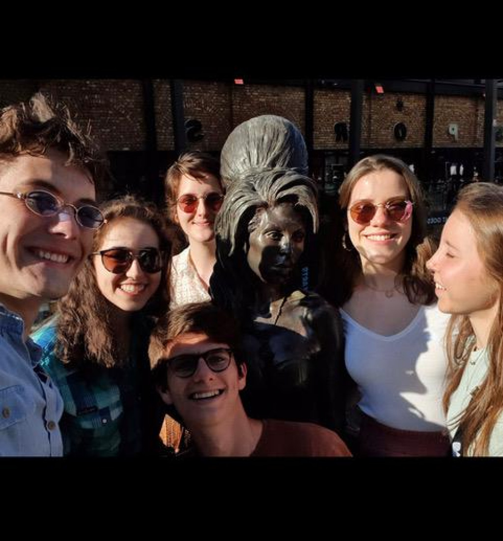 Rina Bogdanović s prijateljima iz Španjolske, Italije, Švicarske i Kanade kod spomenika pjevačici Amy Winehouse