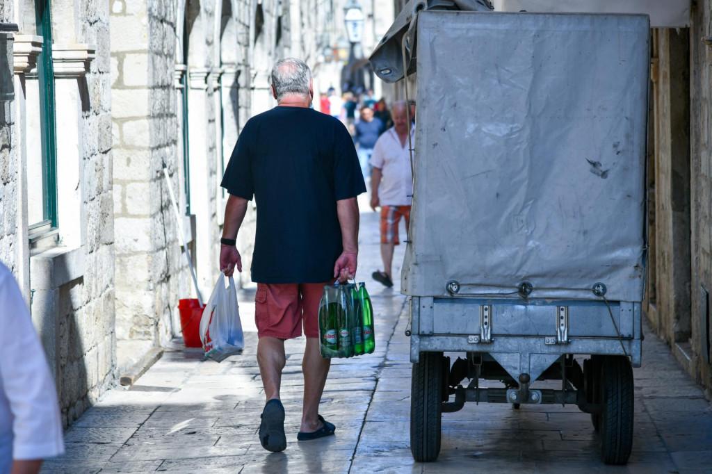 Gradske trgovine, smatraju sugrađani, ugađaju strancima jer nudi se vode i sokova stotinu vrsta, grickalice, suveniri... sve što gosti kupuju