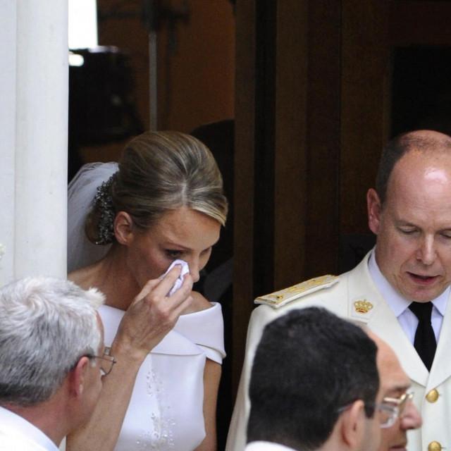 Na izlazu iz crkve nakon vjenčanja Charlene je brisala suze koje navodno nisu bile od radosti