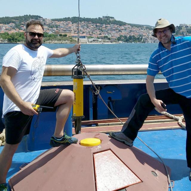 Hrvoje Mihanović (desno) i Stipe Muslim na istraživačkom brodu BIOS DVA (Institut za oceanografiju i ribarstvo), tijekom postavljanja akustičnog Dopplerovog strujomjera u estuariju rijeke Krke kod Šibenika