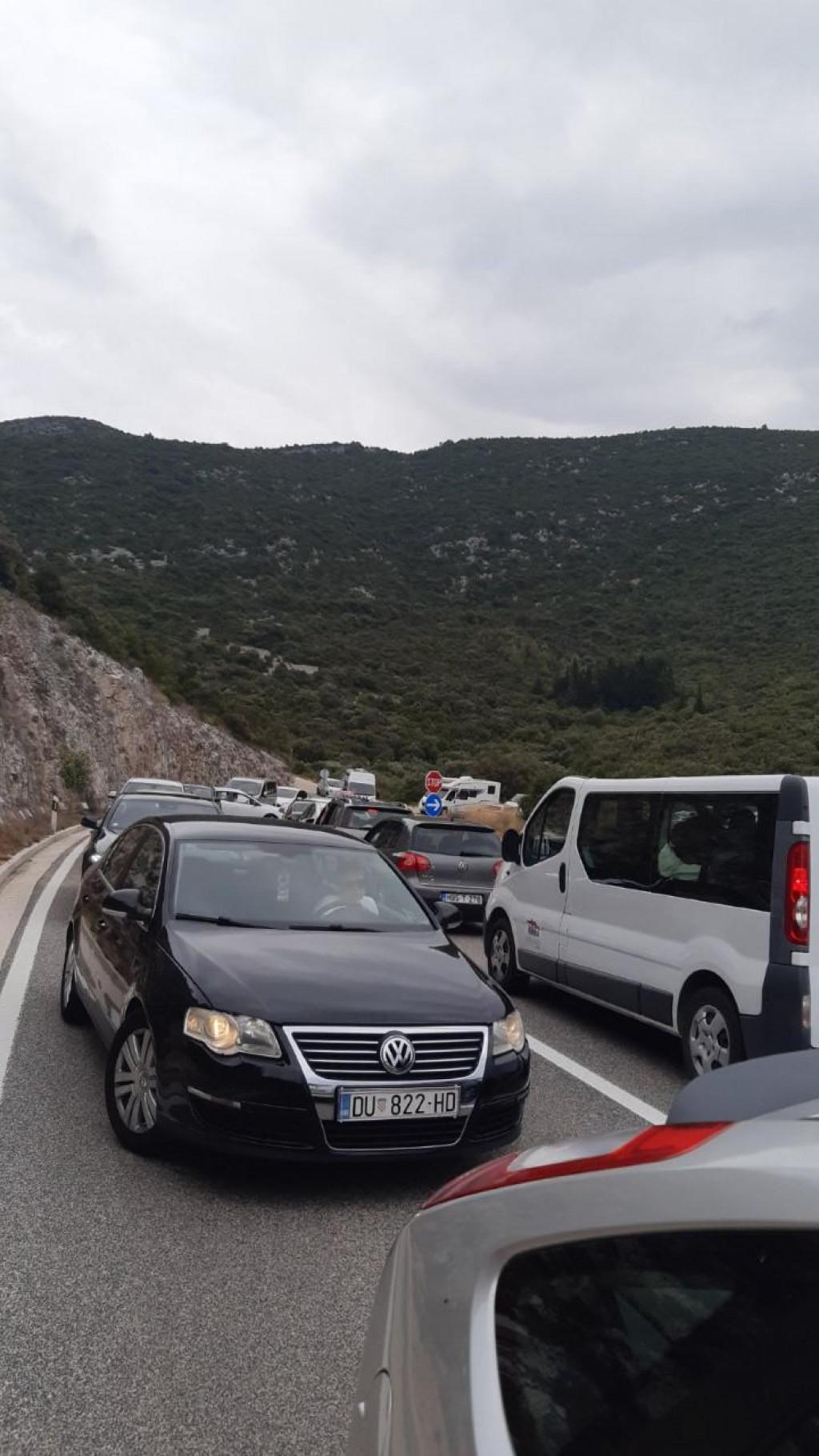 Nesnosne gužve vladaju na graničnom prijelazu u Neumu
