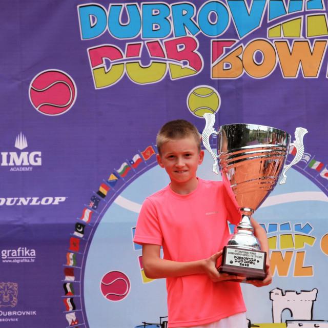 Vlaho Petković s pobjedničkim pokalom Dubrovnik DUB Bowla do 11 godina 2021. godine