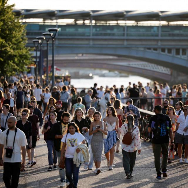 Neil Ferguson je istaknuo da se ublažavanje mjera u Britaniji podudara s početkom školskih praznika, kada će kontakti među tinejdžerima biti puno manji