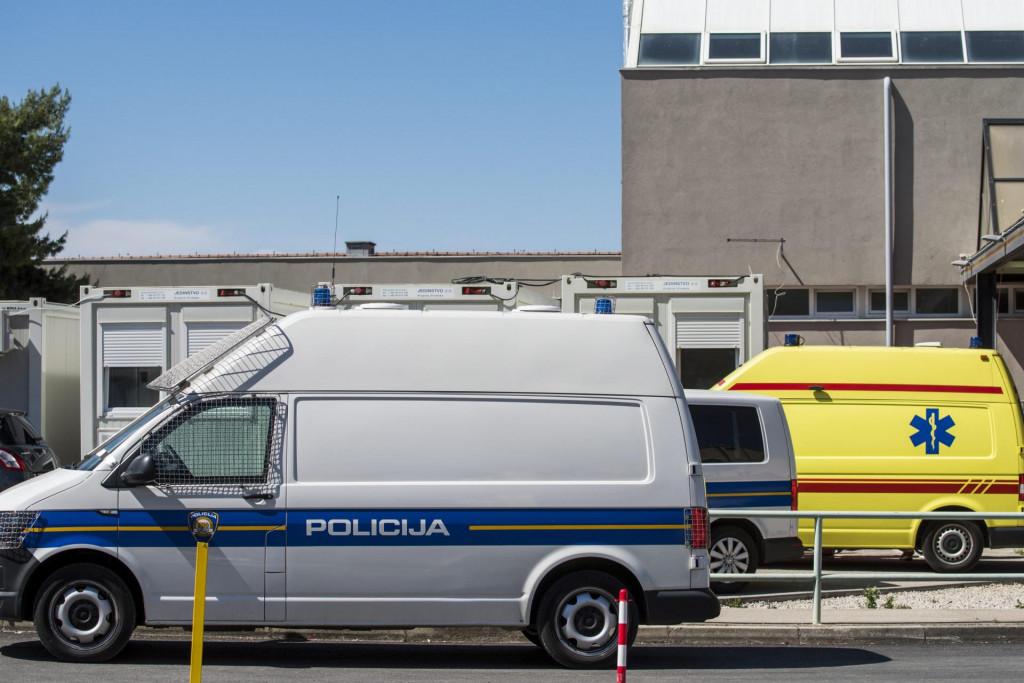 Sibenik, 300521.<br /> Zbog jutrosnje prometne nesrece u kojoj su prema nesluzbenim informacijama sudjelovali migranti, pojacan je policijski nadzor ispred Hitnog prijema u Opcoj bolnici Sibenik.<br />