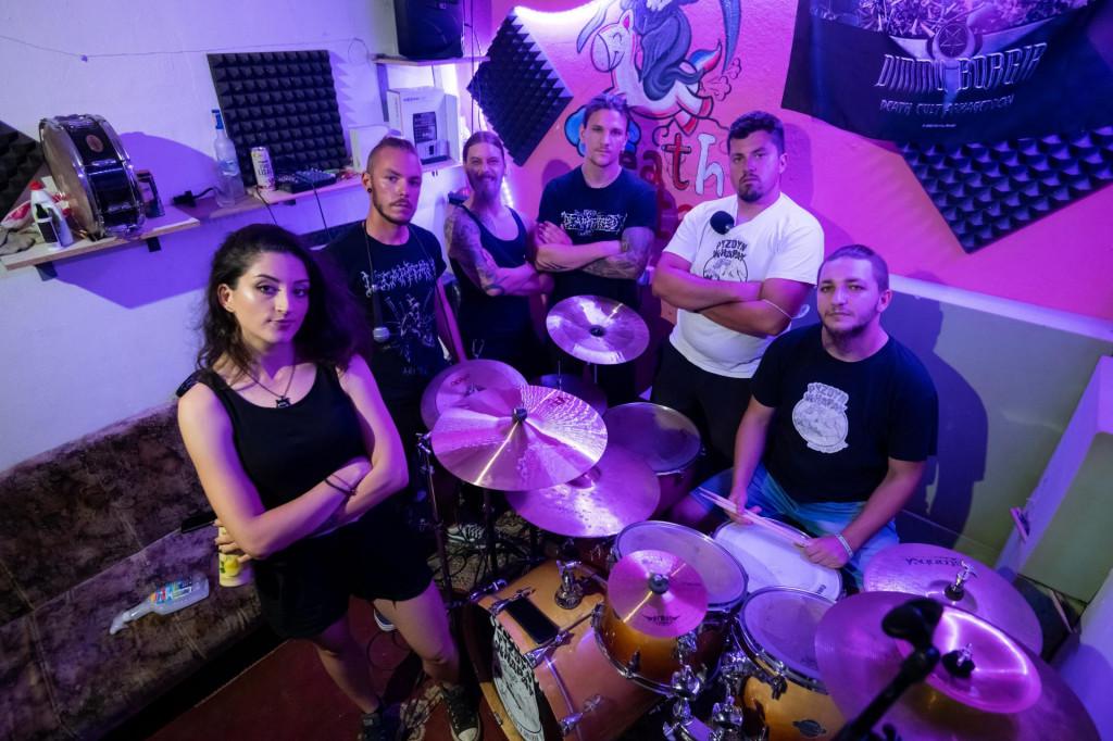 Pyzdyn Whapay:<strong>Luka Vuksan</strong> (gitara, vokal), <strong>Luka Buble</strong> (vokal), <strong>Marjan Čuklin</strong> (gitara vokal), <strong>Dino Narančić</strong> (gitara), <strong>Piero Korolija</strong> (vokal), <strong>Damir Tomić</strong> (vokal), <strong>Bruno Biloglav</strong> (bubnjevi vokal) i <strong>Andrea Dugandžić</strong> (bas gitara).<br />