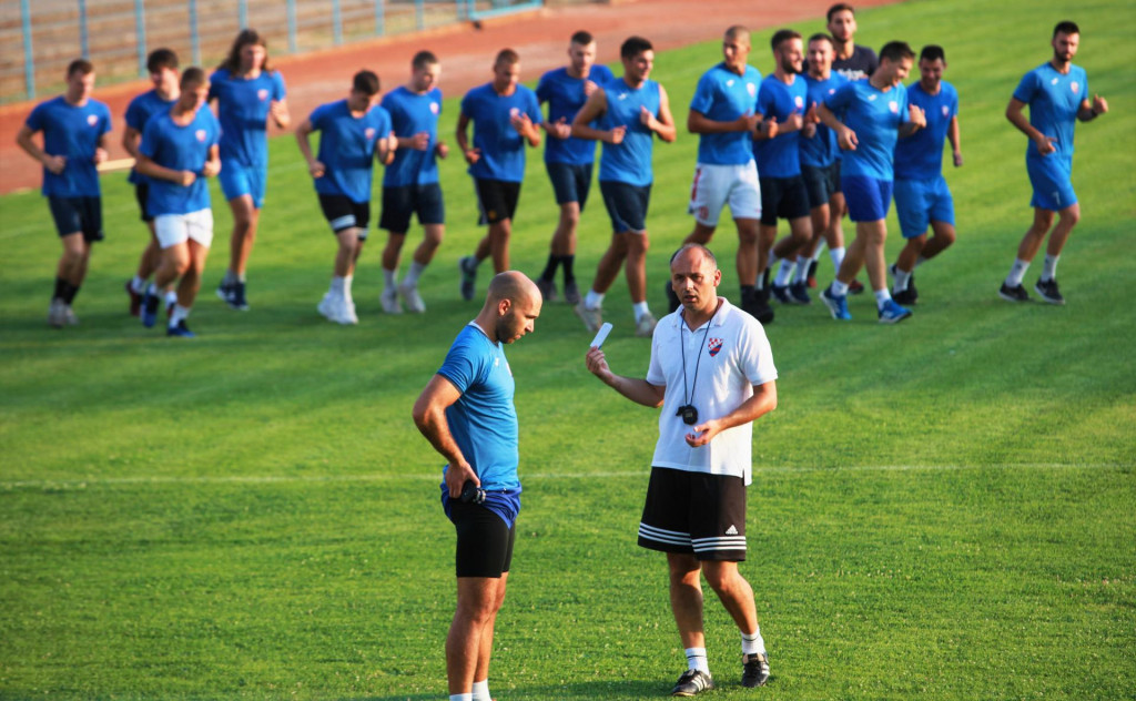 Kapetan Dalibor Kristić i trener Hasan Kacić, ostali su napravili prvi krug zagrijavanja...
