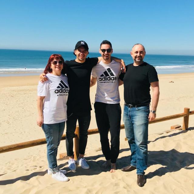 Majka Snježana, Filip, brat Tomislav i otac Jasenko, lokacija Fonte da Telha, Portugal