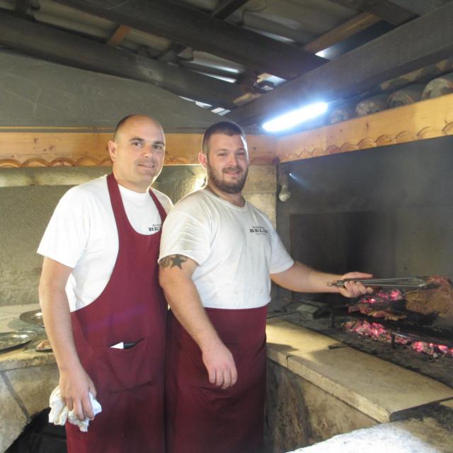 Vlasnik restorana Željko Radovanović Belin i kuhar Nikola dežuraju na gradelama