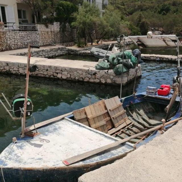 Stara, ribarska barka još hrani obitelji u ovom dijelu Pelješca