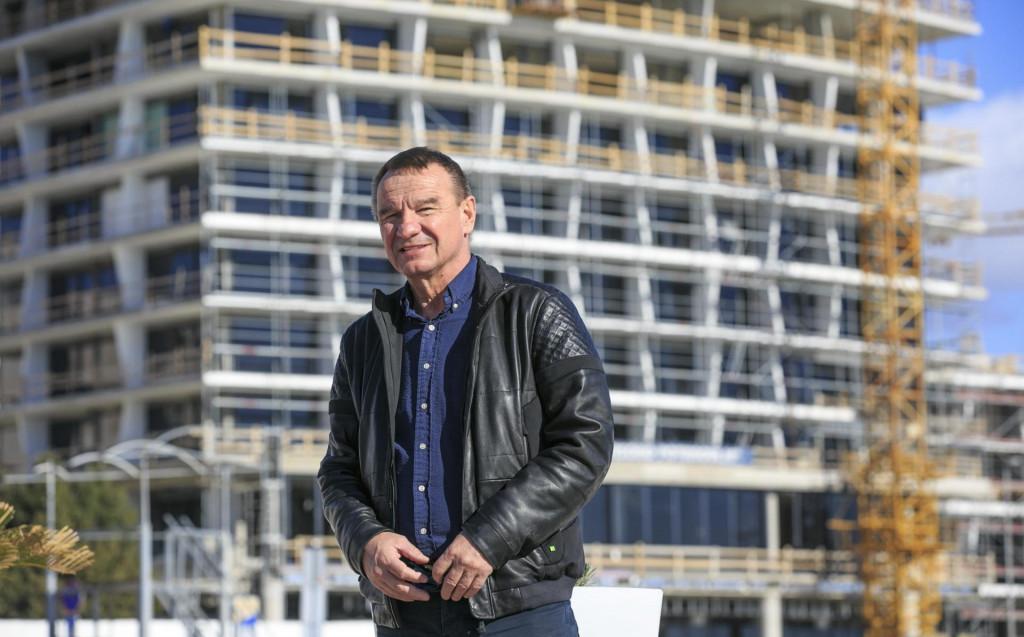Poduzetnik Zvonko Kotarac snimljen 2019. godine pred svojim hotelom u izgradnji na Žnjanu