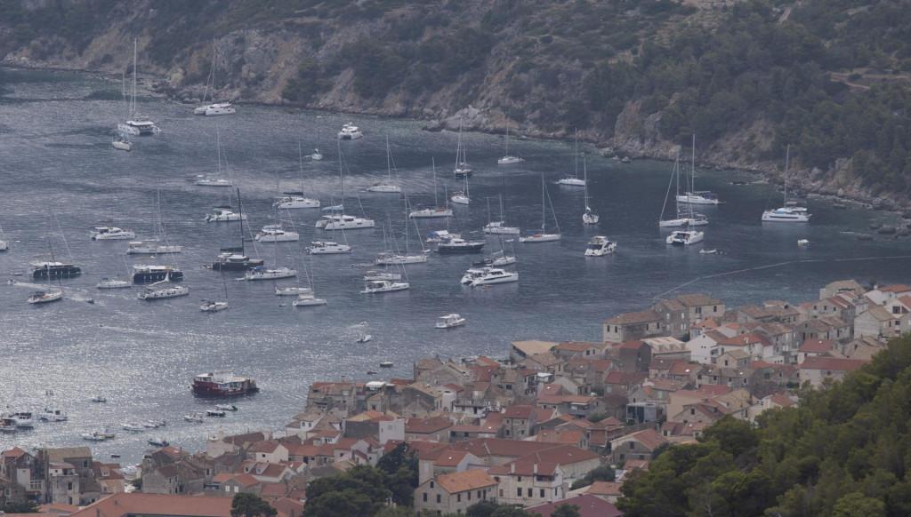 Brodovi na sidru u komiškoj luci