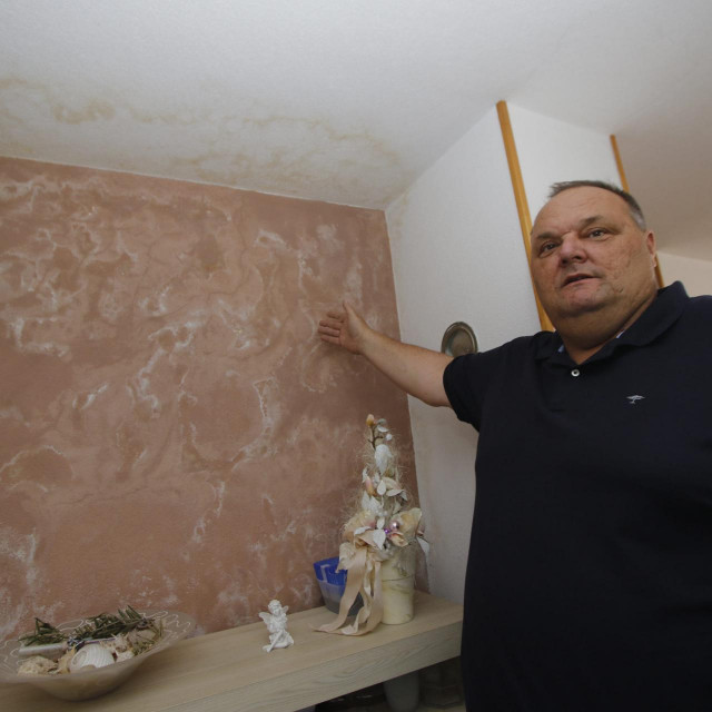 Robert Glavičić pokazuje oštećenja u svome stanu