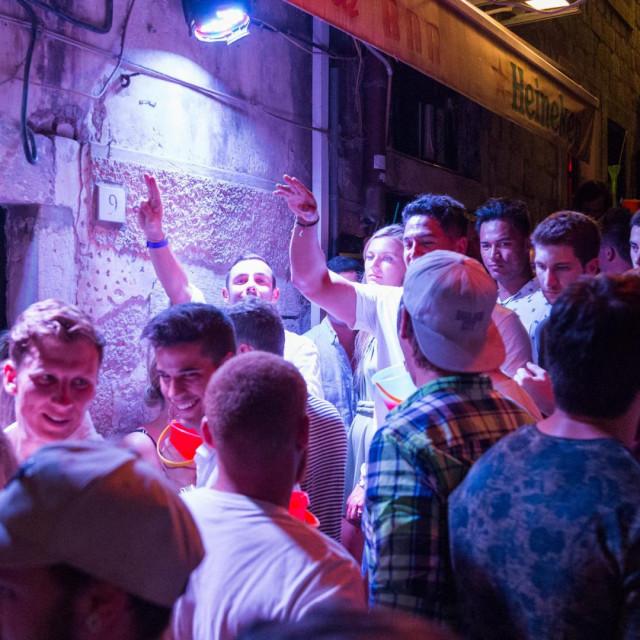 special JL<br /> Dubrovnik, 030818.<br /> Popularna okpljalista mladih Australaca u Dubrovniku. Druzenja uz alkoholna pica na stepenicama ispred i u caffe barovima nakon cega slijedi odlazak u nocni klub Revelin.<br />