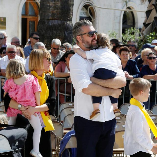 Stipe Pletikosa sa suprugom Angelom i djecom snimljen na fjeri Svetog Duje