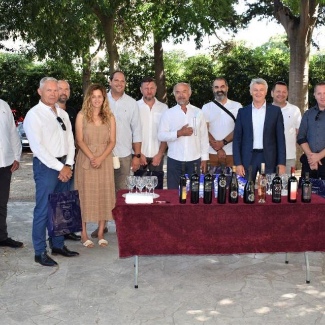Župan Longin s vinarima iz Zadarske županije dobitnicima 12 odličja na londonskom Decanteru