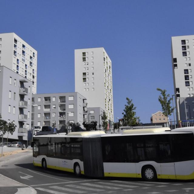 U ulici Put Kile Sjever postavljeno je autobusno stajalište samo nekoliko metara od stambene zgrade iako ima boljih rješenja