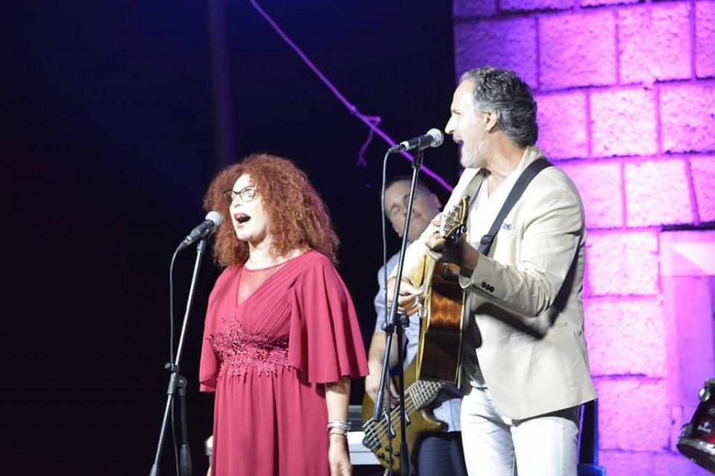 Supružnici Nila Miličić Vukosavić i Sebastian Vukosavić na bini korčulanskog festivala