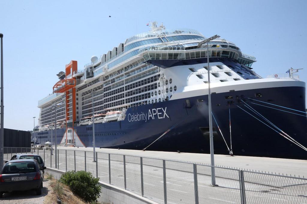 Celebrity Apex kapaciteta je 3405 putnika, a može primiti i 1320 članova posade.