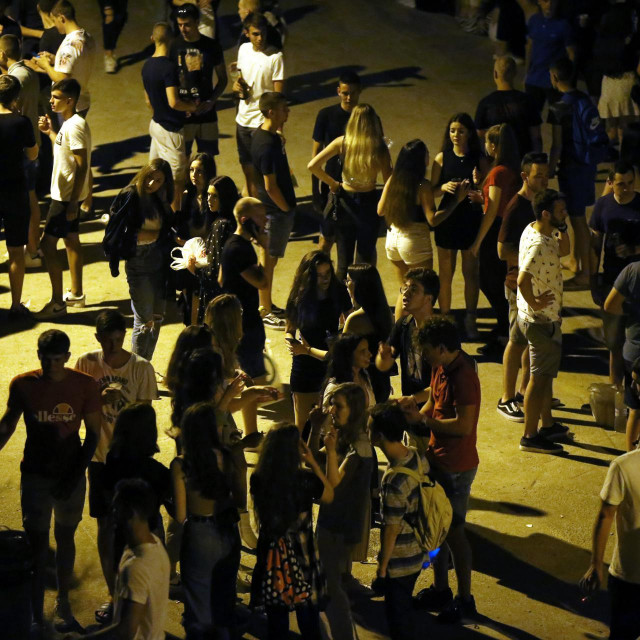 Mladi se okupljaju unatoč pandemiji.