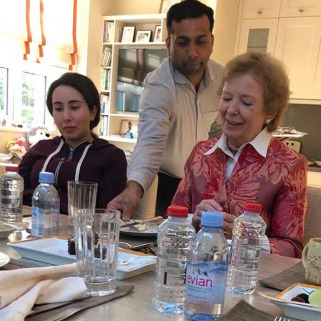 Princeza Latifa bint Mohammed bin Rashid Al-Maktoum (lijevo) snimljena u svom domu u Dubaiju u društvu Mary Robinson, bivše predsjednice Irske, u godini kad je pokušala pobjeći u SAD