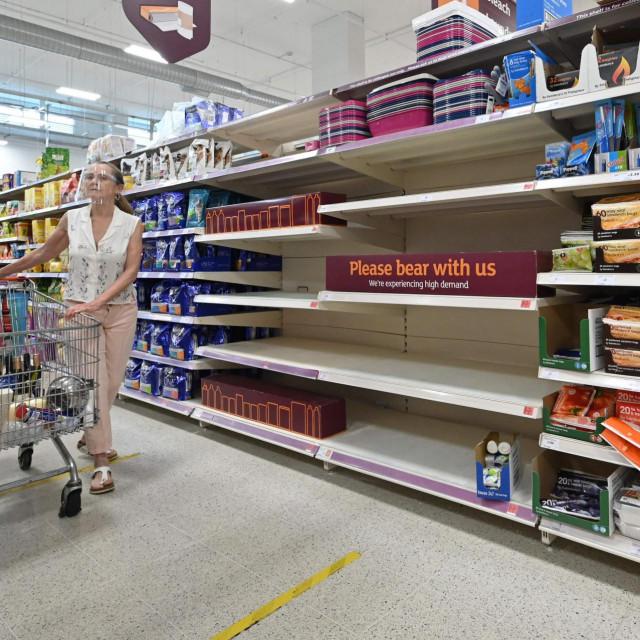 Police u engleskim trgovinama su poluprazne.