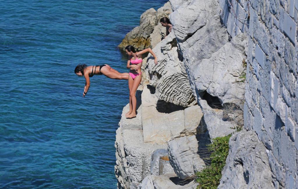 Iz policije upozoravaju da se ne skače u vodu nepoznate dubine, sa stijena i drugih mjesta koja nisu uređena za skakanje (ilustracija)