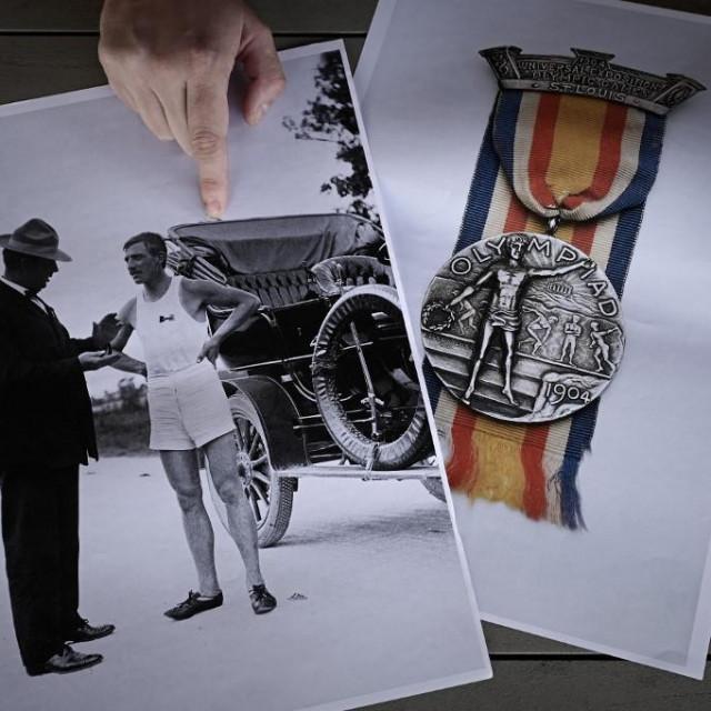 Clement Genty drži fotografiju Alberta Coreya, osvajača dviju medalja na igrama 1904. Francuz je bio proglašen Amerikancem pa je i njegova medalja išla na konto SAD-a. Njegova srebrna medalja nakon 117 godina 'vratila se kući'