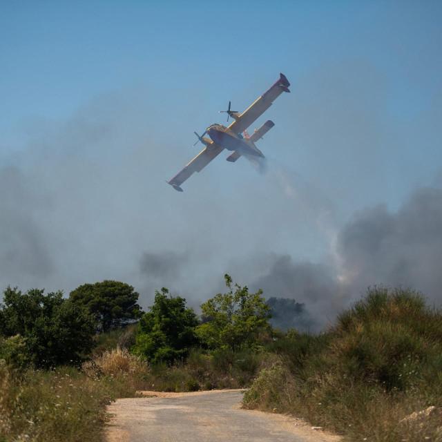 Dva kanadera gasila požar koji je buknuo u šumi koja okruzuje gradski deponij povrh predjela Diklo.