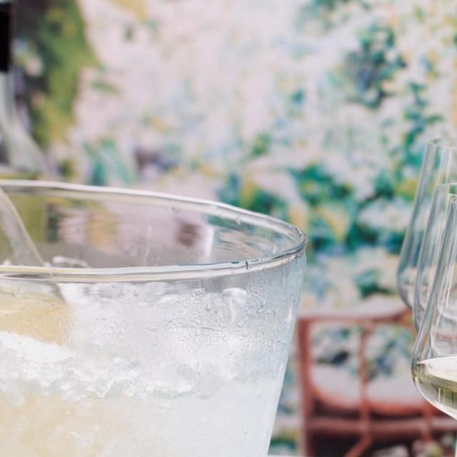 Hlađenje vina u posudom s vodom, ledom i solju