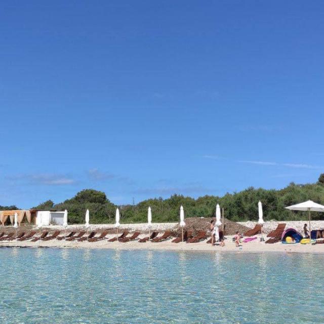 Ležaljke na plaži Sakarun