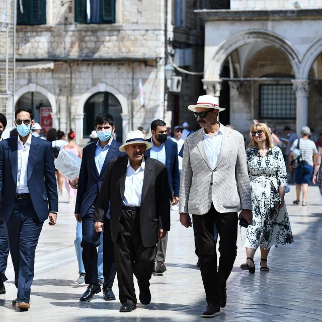 Katarski šeik Faisal bin Qassim Al Thani u pratnji suradnika prošetao je Gradom