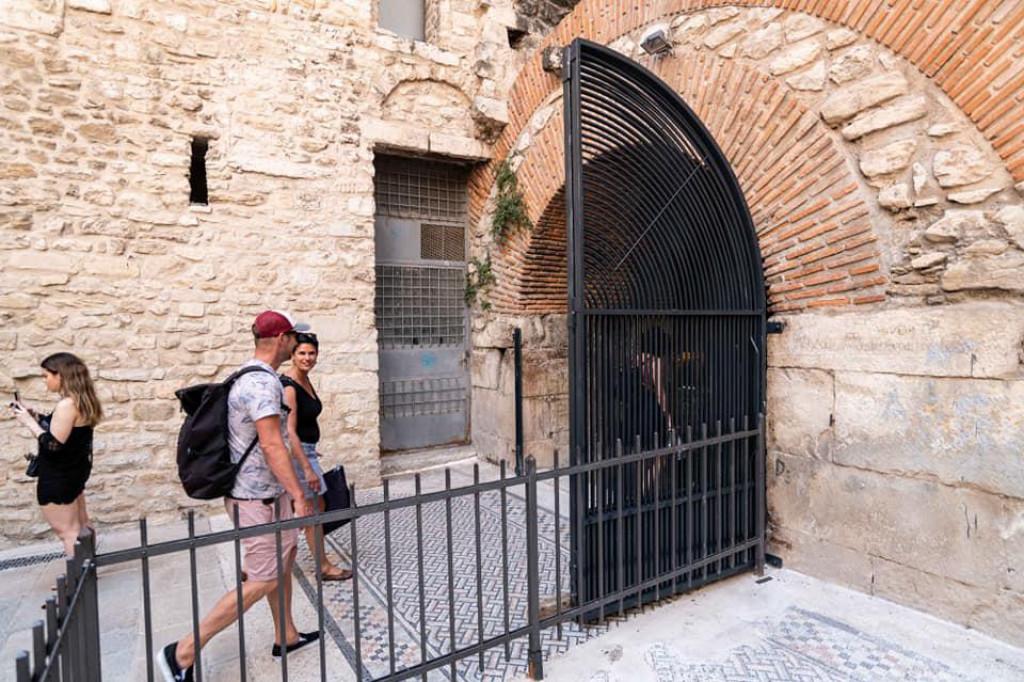Nove vratnice na ulazima u Podrume