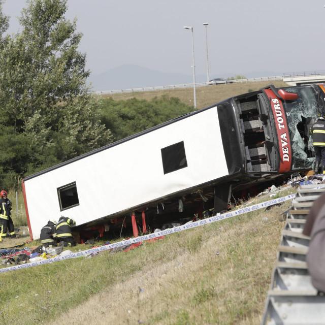<br /> Rano ujutro na autocesti A3 kod Slavonskog Broda doslo je do teske prometne nesrece. Pri slijetanju autobusa poginulo je osam osoba.