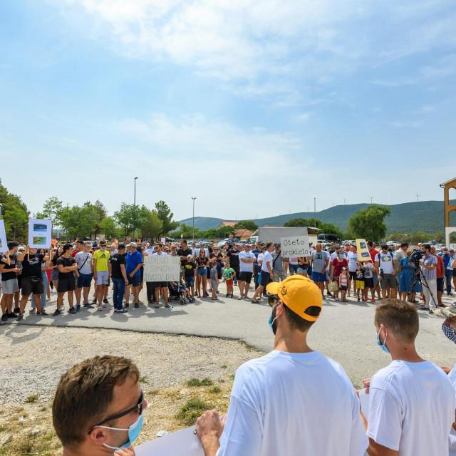 <br /> Okupljeni mjestani Lozovca prosvjeduju jer im je novim Pravilnikom o upravljanju nacionalnim parkom zabranjeno kupanje i ribolov u NP Krka.<br />