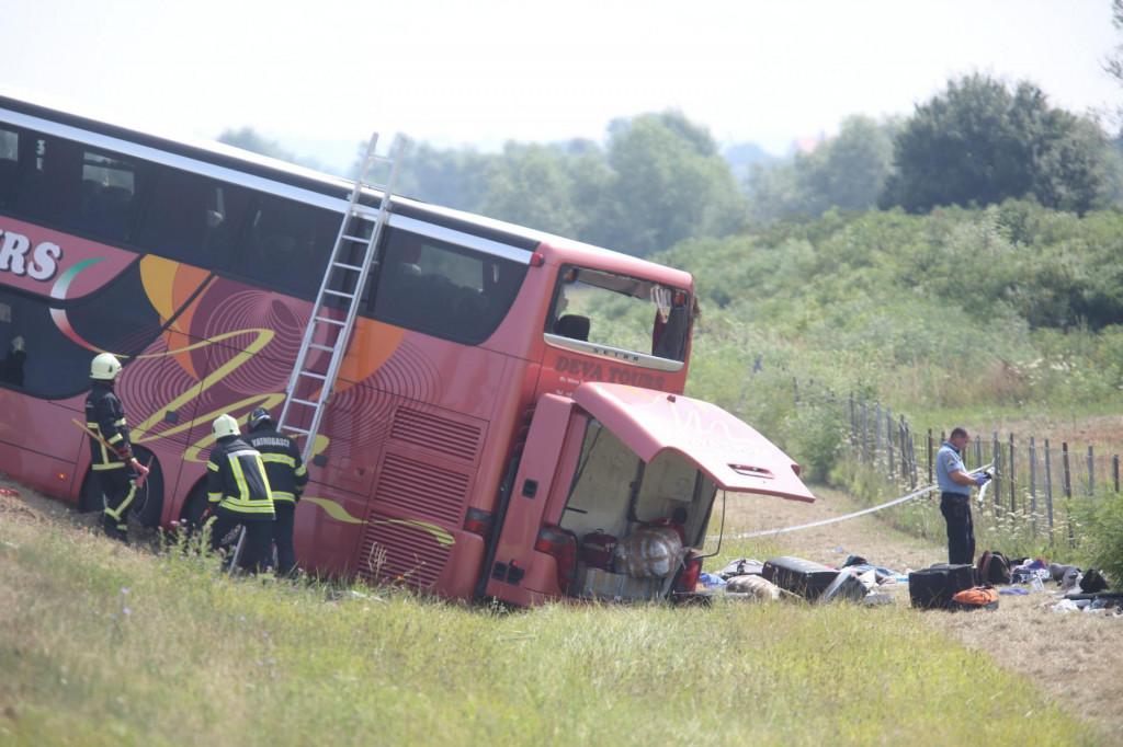 Slavonski Brod, 250721.<br /> Rano ujutro na autocesti A3 kod Slavonskog Broda doslo je do teske prometne nesrece. Pri slijetanju autobusa poginulo je deset osoba, preko trideset ozlijedjenih. Policijski ocevid je u tijeku..<br /> Na fotografiji: autobus u kojemu je poginulo deset ljudi.<br />