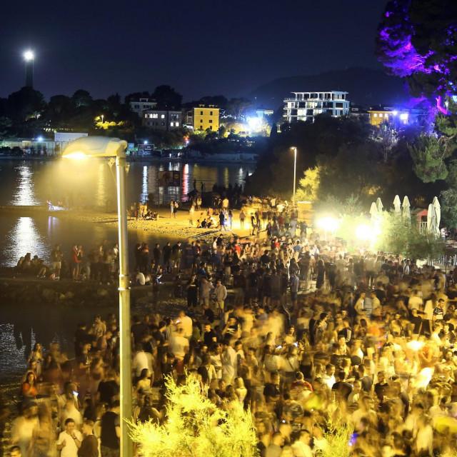Splitska plaža Ovčice postala je masovno okupljalište mladih