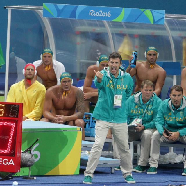 Elvis Fatović na klupi Australije na Olimpijskim igrama u Riju 2016. godine, uz njega na klupi i Dean Kontić
